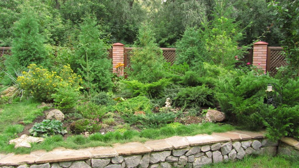Альпийская горка в саду фото